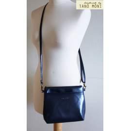 A KIS FEKETE táska sötétkék színben kézi ás átvetős